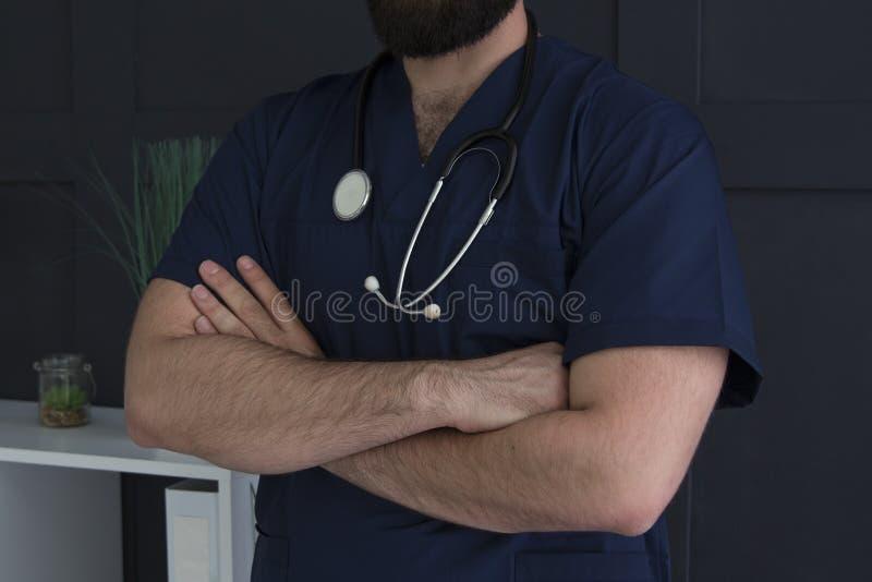 Concetto MEDICO Un uomo in uniforme medica fotografia stock