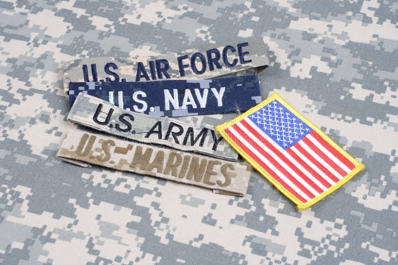 Concetto MILITARE degli Stati Uniti con nastri adesivi del ramo sull'uniforme del cammuffamento fotografie stock