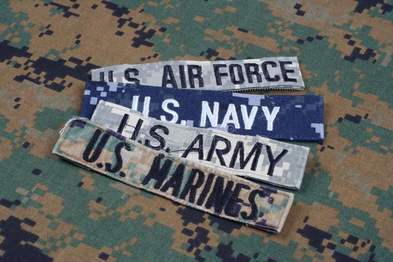 Concetto MILITARE degli Stati Uniti con nastri adesivi del ramo sull'uniforme del cammuffamento immagini stock