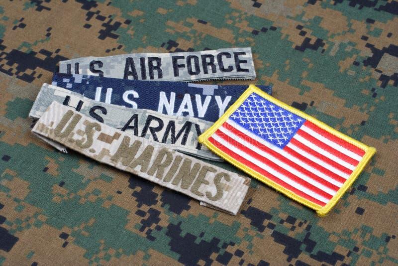 Concetto MILITARE degli Stati Uniti con nastri adesivi del ramo sull'uniforme del cammuffamento fotografie stock libere da diritti