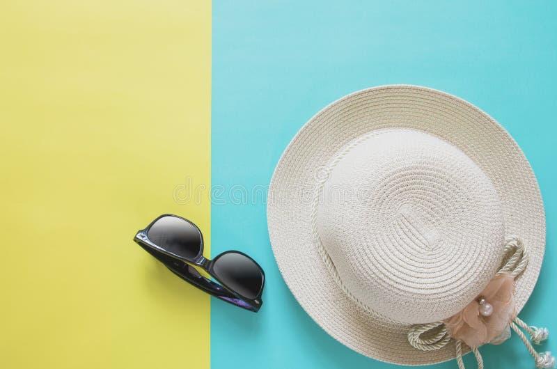 Concetto minimo del fondo di vacanza estiva Cappello di paglia, occhiali da sole immagine stock libera da diritti