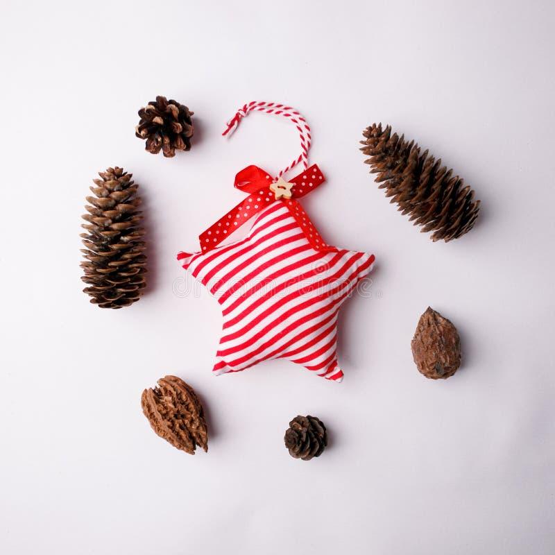 Concetto minimo di festa di Natale, stella tradizionale della decorazione di natale di inverno in banda e materiale decorativo di fotografie stock