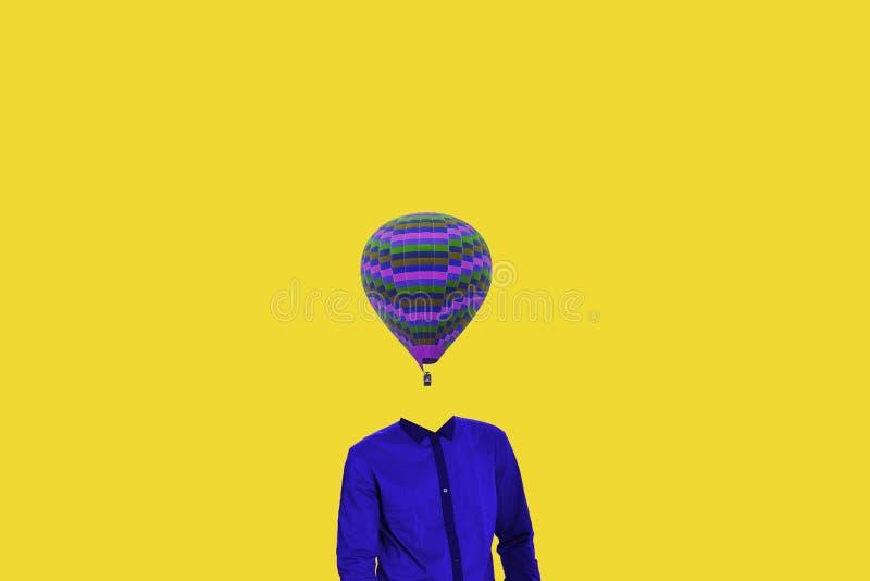 Concetto minimo surrealista Un pallone invece di una testa umana Minimalismo e surrealismo La mie idea, progettazione ed opera d' fotografie stock