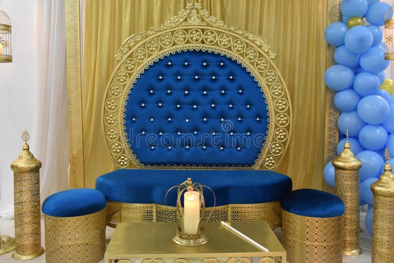 Concetto musulmano di mobilia d'annata con il bello sofà blu- dell'oro fotografie stock libere da diritti
