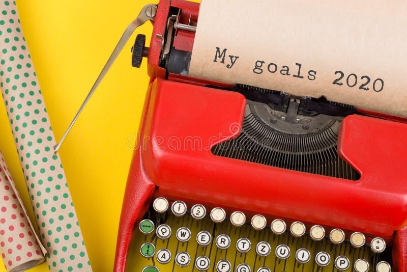 Concetto natalizio - macchina da scrivere rossa con il testo 'Obiettivi personali 2020 e#x22; e carta da imballaggio su fondo gia fotografia stock libera da diritti