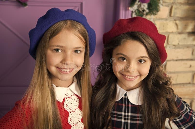 Concetto nobile di signora Fronte sorridente dei bambini francesi delle ragazze che posa in cappelli Come porti il berretto franc immagine stock