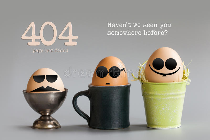 Concetto non trovato della pagina di errore 404 I caratteri divertenti dell'uovo con i vetri dell'occhio nero che si siedono in t immagine stock libera da diritti