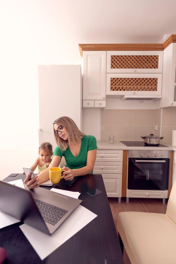 Concetto 'nucleo familiare' e della gente - madre single e figlia sorridenti fotografia stock