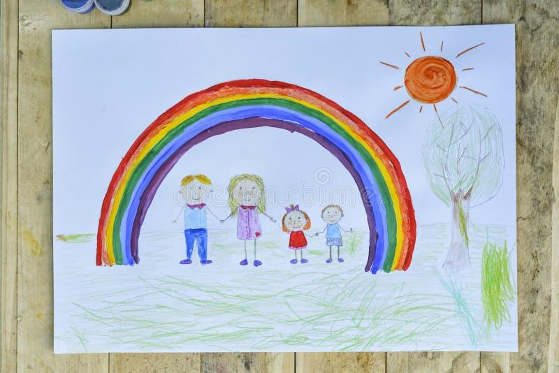 Concetto 'nucleo familiare' felice Strato con un modello su una tavola di legno: i genitori ed i bambini si tengono per mano cont immagini stock libere da diritti