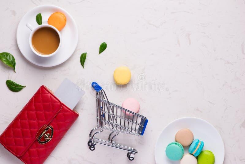 Concetto online di acquisto Portafoglio con la carta di credito immagini stock