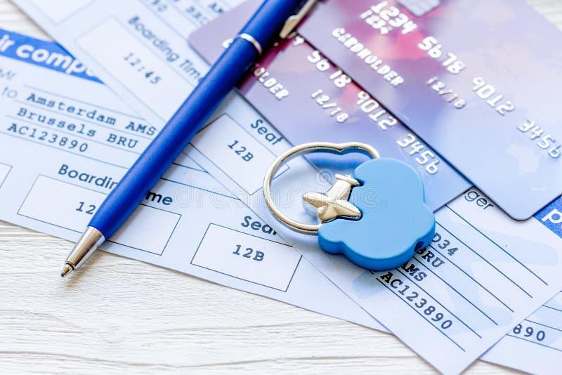 Concetto online di pagamento con le carte ed i biglietti sulla tavola leggera fotografia stock