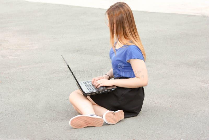 Concetto online personale dell'ufficio Ragazza con il computer portatile fotografia stock libera da diritti