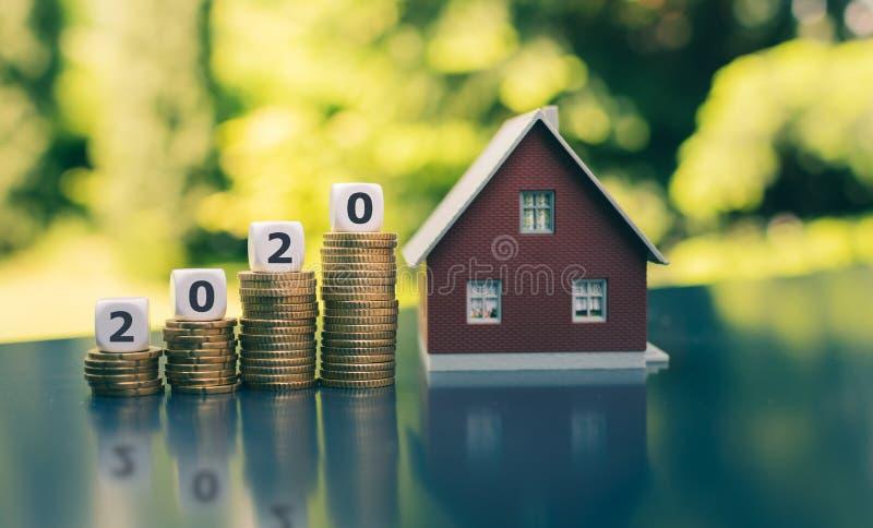 Concetto per l'acquisto della casa durante l'anno 2020 r I dadi formano la parola immagine stock