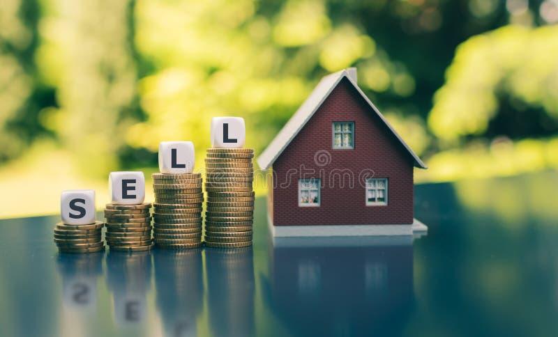 Concetto per la vendita della casa I dadi formano la parola immagine stock