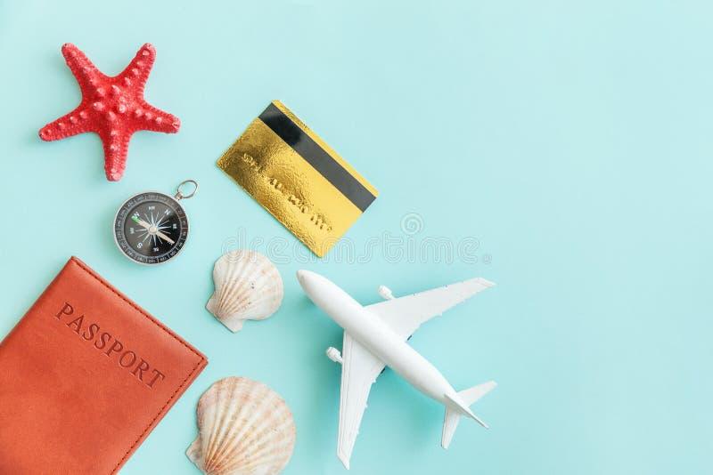 Concetto posto piano semplice minimo di viaggio di avventura di viaggio su fondo moderno d'avanguardia colourful pastello blu fotografie stock libere da diritti