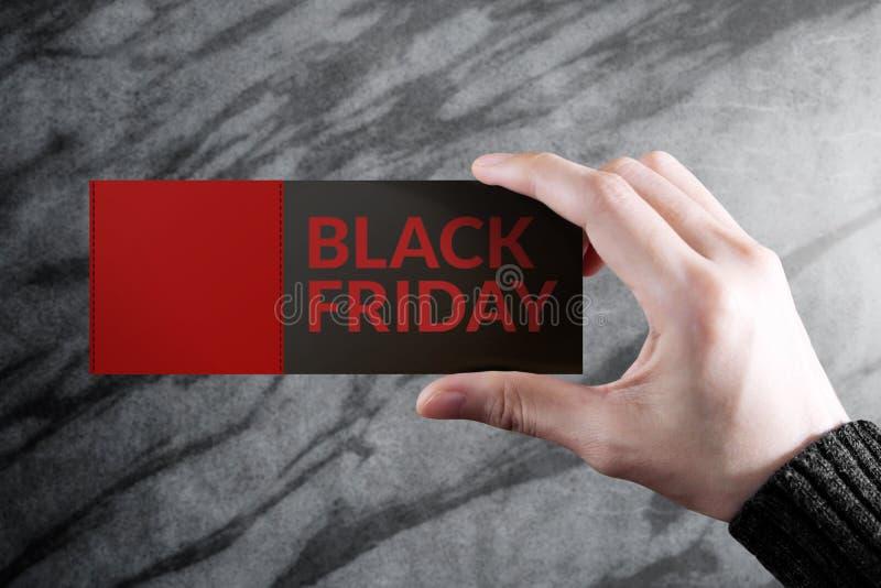 Concetto promozionale nero di venerdì, donna che tiene un coupo di sconto fotografie stock