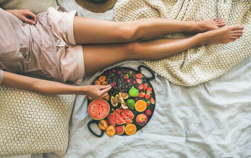 Concetto pulito sano della prima colazione di cibo di estate a letto, spazio della copia fotografie stock libere da diritti