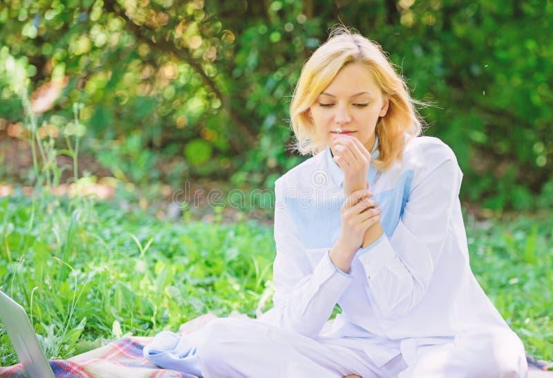 Concetto puro e tenero La donna gode di di rilassarsi il fondo della natura Signora gode della fragranza del fiore dell'offerta F fotografie stock libere da diritti