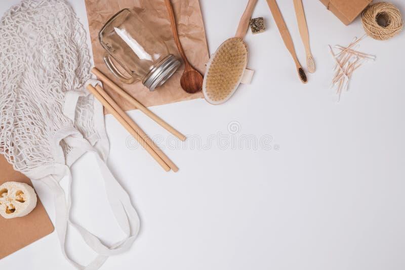 Concetto residuo zero Oggetti essenziali riutilizzabili e naturali per il bagno, la cucina e l'igiene immagine stock libera da diritti