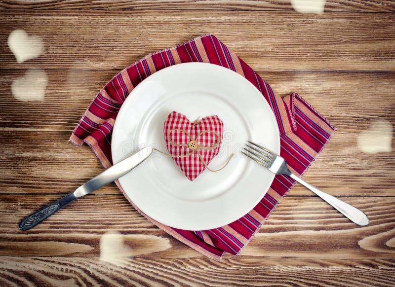 Concetto romantico della cena dei biglietti di S. Valentino Cuore servito pasto di festa SH fotografia stock libera da diritti