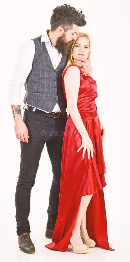 Concetto romanzesco Coppie nell'amore, amanti appassionati in vestiti eleganti, fondo bianco Donna in vestito ed in uomo rossi de fotografia stock libera da diritti