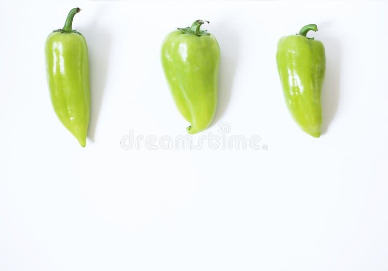 Concetto sano dell'alimento del vegano Peperoni verdi su un fondo bianco fotografie stock libere da diritti