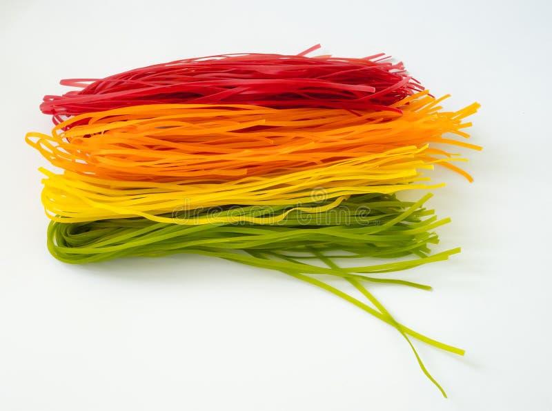 Concetto sano dell'alimento: generi differenti di pasta italiana cruda variopinta e di suoi coloranti vegetali naturali fotografia stock