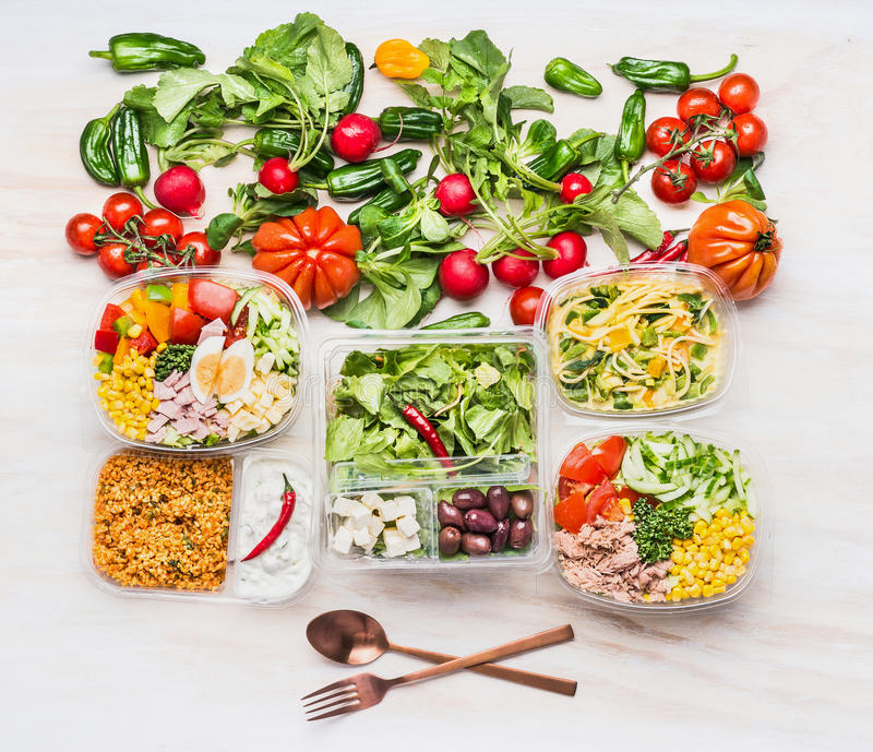 Concetto sano dell'alimento Varietà di insalatiere e di verdure stanti a dieta pulite con la coltelleria su fondo di legno bianco immagine stock libera da diritti