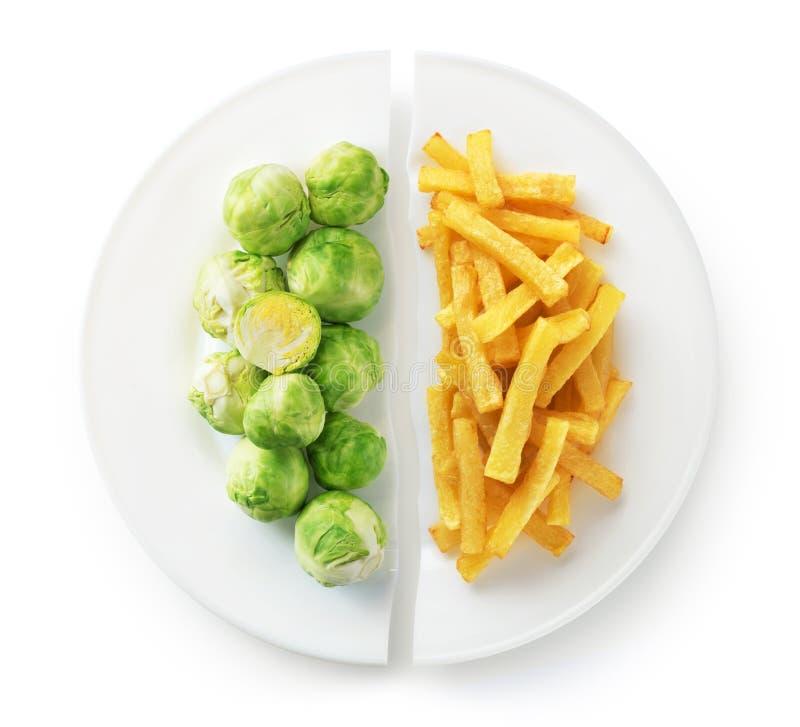 Concetto sano di dieta di nutrizione Patate fritte e cavolini di Bruxelles Alimenti industriali sani e non sani immagine stock libera da diritti