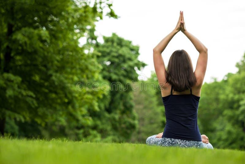 Concetto sano di esercizio di vita di meditazione meditando e rilassarsi in Padmasana Lotus Pose fotografie stock