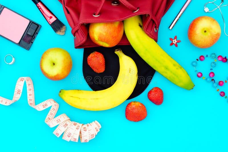 Concetto sano di stile di vita della frutta di dieta della donna - mele, banane fotografia stock libera da diritti