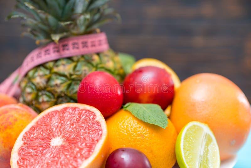 Concetto sano fresco di perdita di peso e della frutta immagini stock