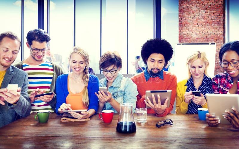 Concetto senza fili di comunicazione dei diversi della gente dispositivi di Digital immagini stock libere da diritti