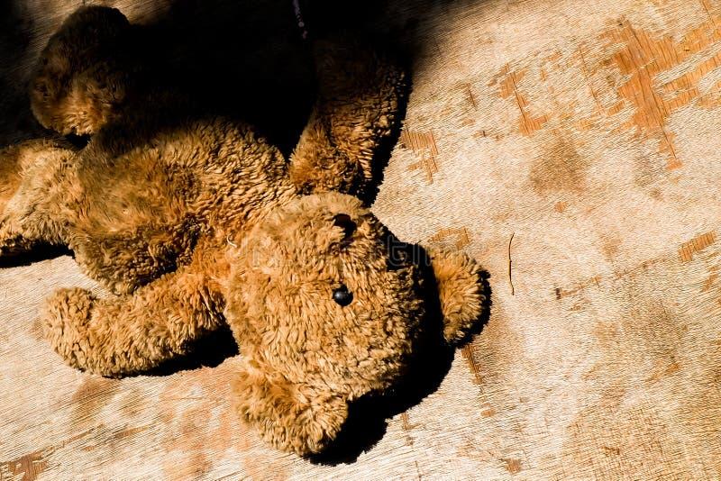 Concetto senza tetto triste abbandonato di solitudine dell'orsacchiotto della bambola fotografia stock libera da diritti