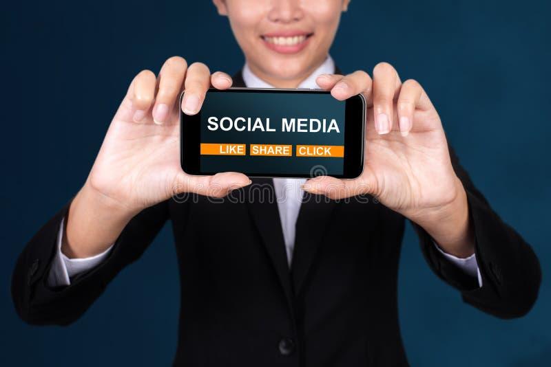 Concetto sociale di media, media felici del sociale del testo di Show della donna di affari immagine stock