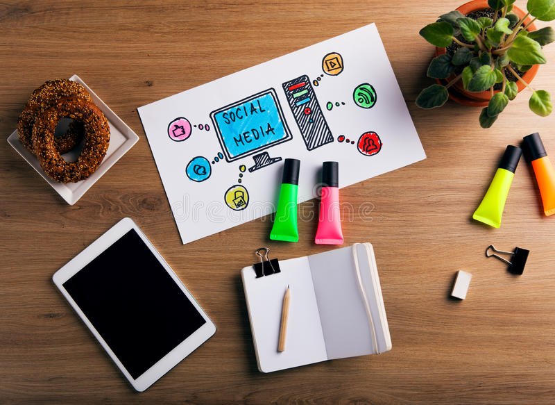Concetto sociale di media sulla scrivania fotografia stock libera da diritti