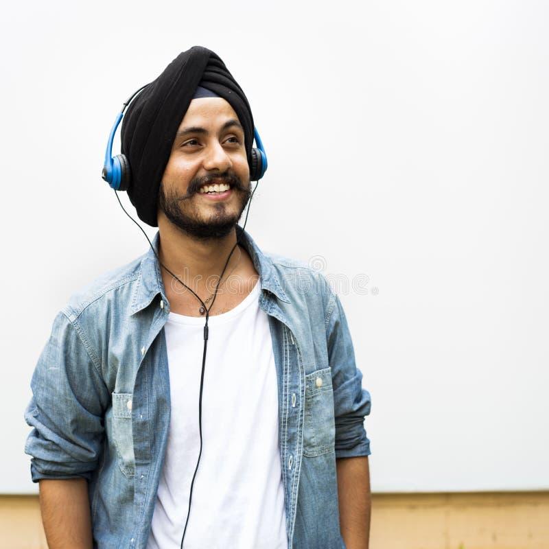 Concetto sorridente del ritratto del ragazzo teenager indiano fotografie stock libere da diritti