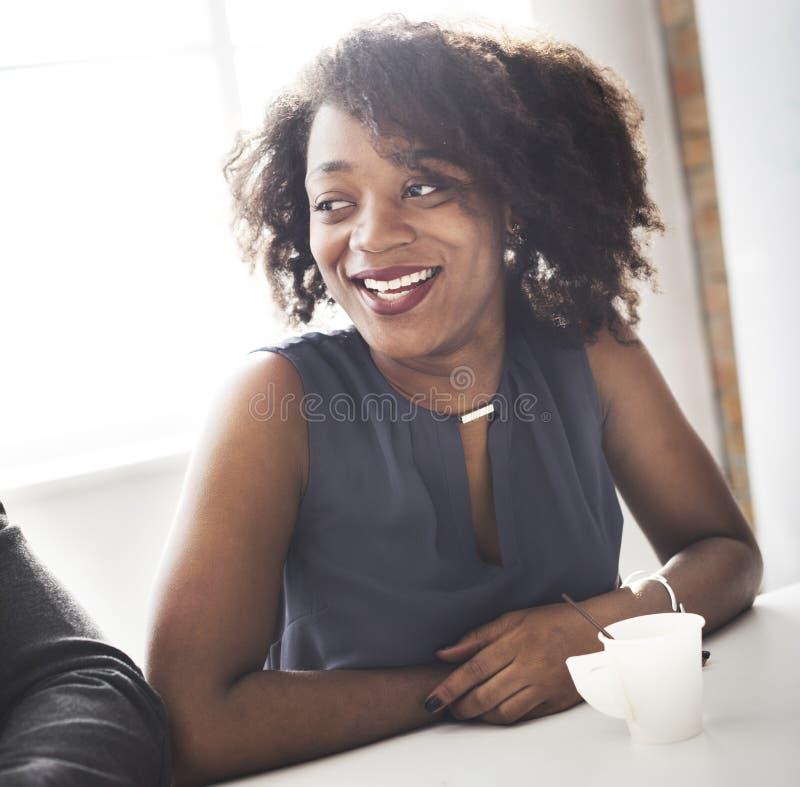 Concetto sorridente della donna di origine africana bello immagine stock libera da diritti