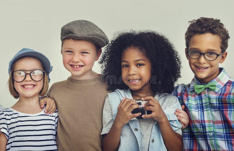 Concetto sorridente di divertimento di felicità della calca dei bambini fotografia stock libera da diritti