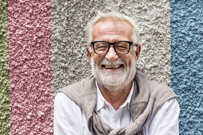 Concetto sorridente di felicità dell'uomo bello senior fotografie stock libere da diritti