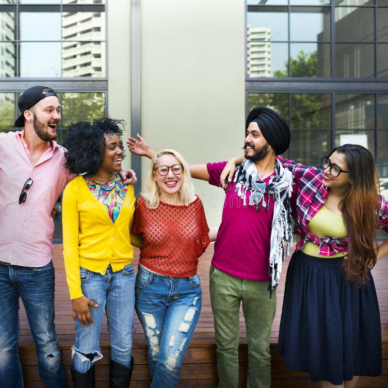 Concetto sorridente di felicità di lavoro di squadra degli studenti di college immagine stock