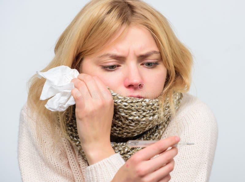 Concetto stagionale di influenza La donna ritiene male Come portare febbre giù Sintomi e cause di febbre Ragazza ammalata con feb immagini stock