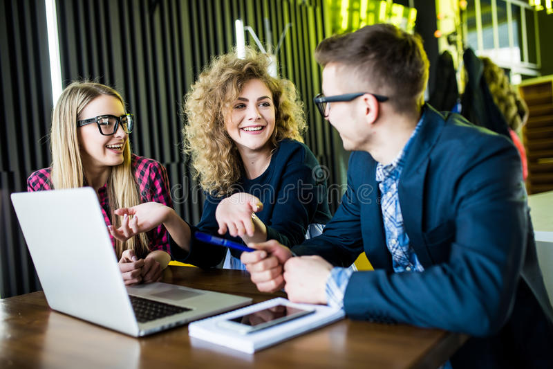 Concetto Startup di riunione di 'brainstorming' di lavoro di squadra di diversità Il programma di lavoro della gente comincia su  immagini stock