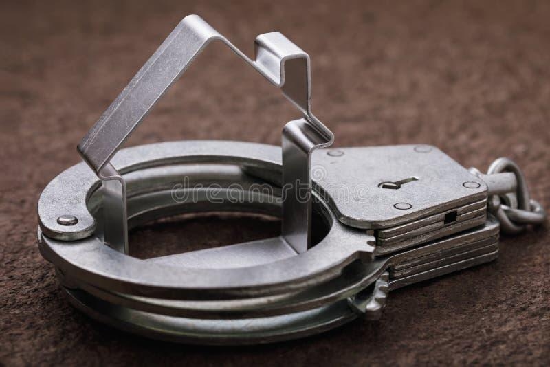 Concetto sulle azioni furfantesche con il bene immobile ed il suo arresto fotografie stock