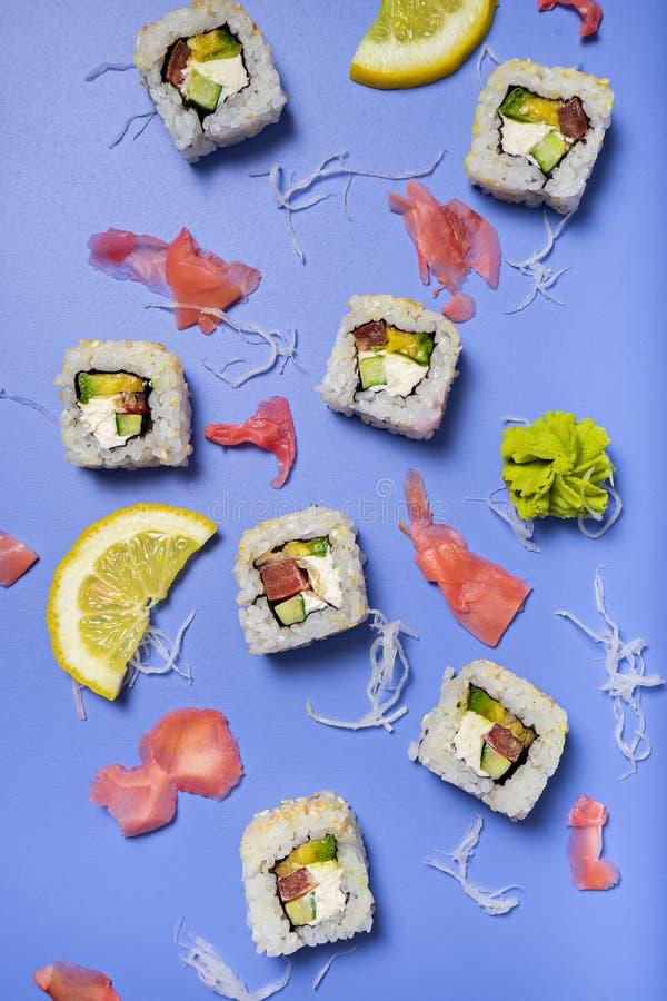 Concetto sushi messi sulla tavola luminosa immagini stock libere da diritti