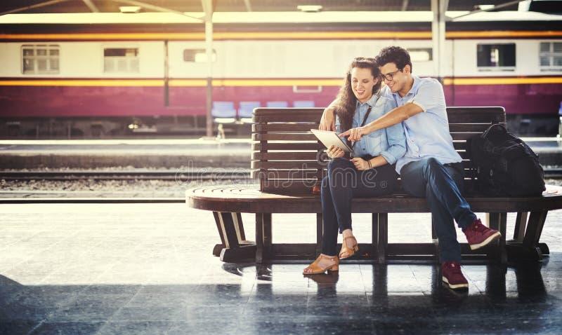 Concetto terminale di viaggio delle coppie del trasporto della stazione ferroviaria fotografia stock libera da diritti