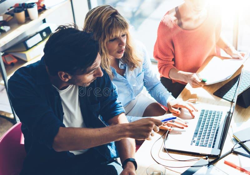 Concetto trattato di lavoro di squadra Giovane lavoro di gruppo dei colleghe con il nuovo progetto startup in ufficio Analizzi il immagini stock libere da diritti