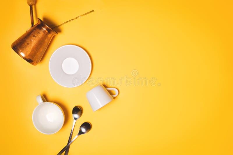 Concetto turco del cezve, delle tazze del caffè espresso e del piatto di caffè che fa e che beve fotografia stock libera da diritti