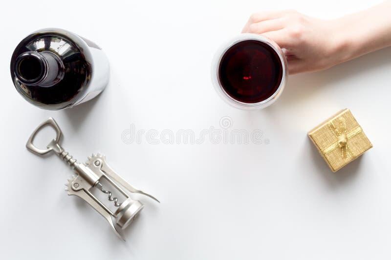 Concetto Valentine Day con vino alla vista superiore del fondo bianco immagine stock