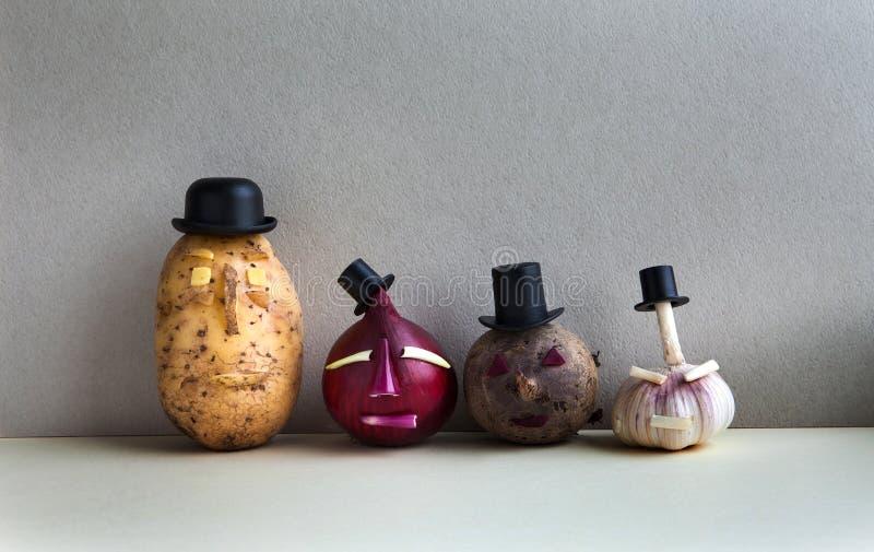 Concetto vegetariano dell'alimento Aglio della barbabietola della cipolla rossa della patata di Senor Vecchie piante dei caratter immagini stock
